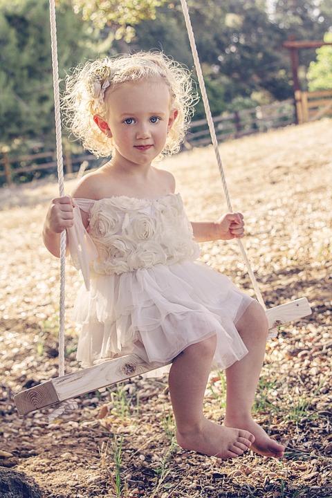 女の子, スイング, 自然, 夏, 楽しい, 子, 陽気です, 若いです, 幸福, 少し, にこやか, 小児期