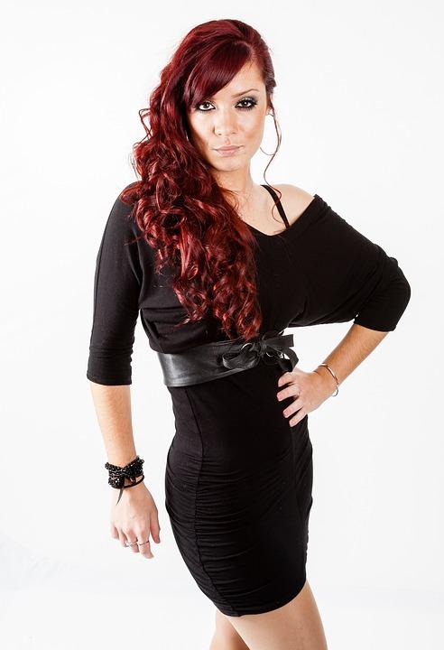 モデル ポーズ 黒のドレス 赤髪 女の子 女性 ファッション 魅力的です セクシーです 体