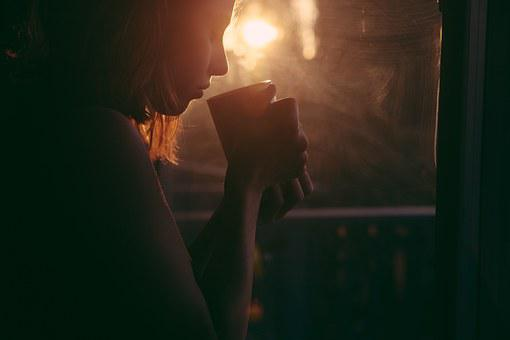 女の子, 飲酒, 茶, コーヒー カップ, 日没, 悲しい女, 若いです, 女性