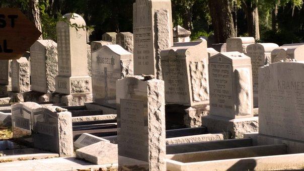 На старом кладбище города Ноф а-Галиль разрушены десятки надгробий