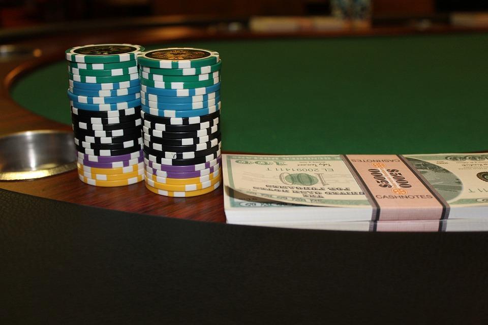 pengar med chips på spelbordet