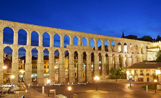 Qué ver qué hacer en Segovia, Vista nocturna del acueducto de Segovia iluminado