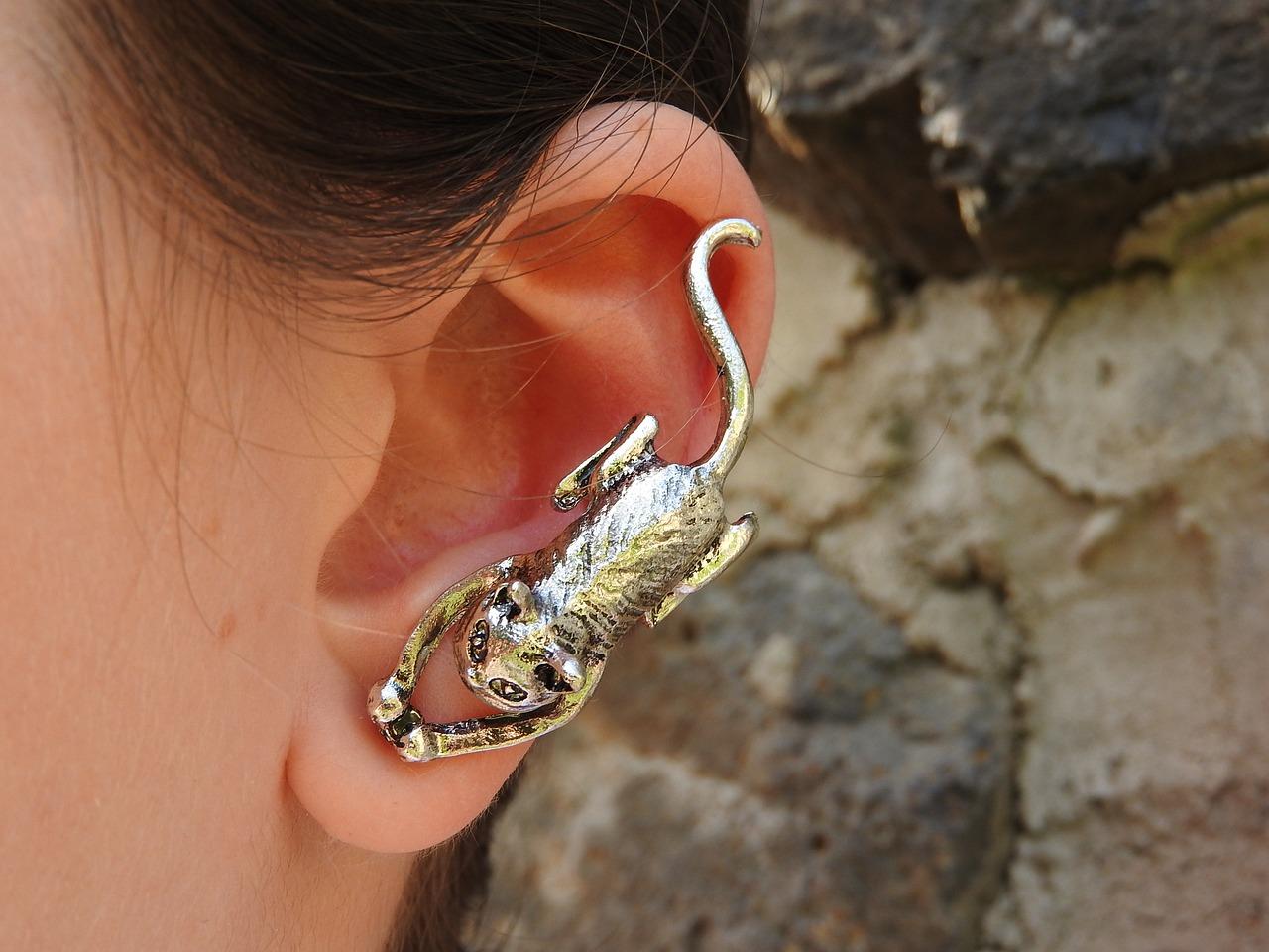 Почему чернеют уши от сережек серебряных