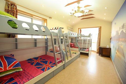 une belle chambre d'enfant avec lits mezzanine