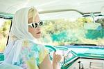 rocznik 1950 roku, ładna kobieta, zabytkowych samochodów