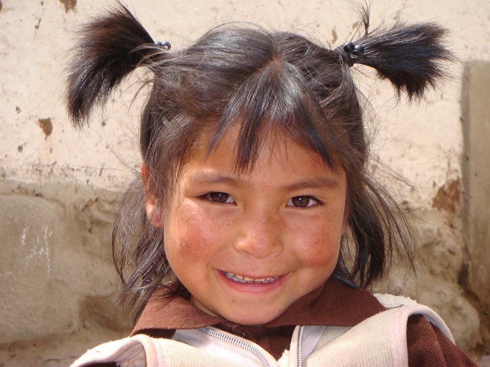 Mädchen in Peru aufheben