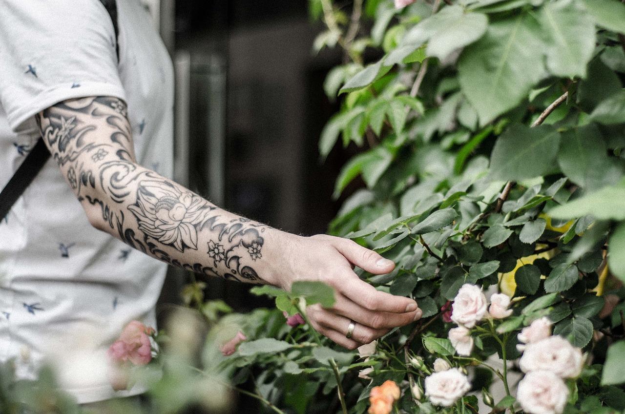 фото тату мужские на руках растения крепятся стене