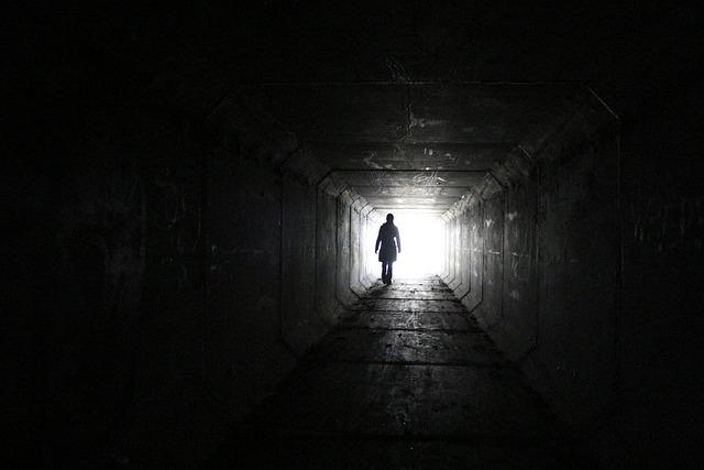 Приснилось, что шагая под землей, вам на встречу двигался поезд, значит впереди кардинальная смена занятий.