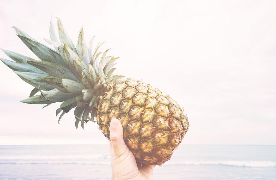 kostenloses foto ananas halten obst frisch kostenloses bild auf pixabay 918690. Black Bedroom Furniture Sets. Home Design Ideas