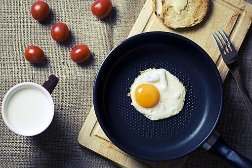 朝食, 卵, パン, カッティング ボード, フォーク, 食品, カップ, 牛乳