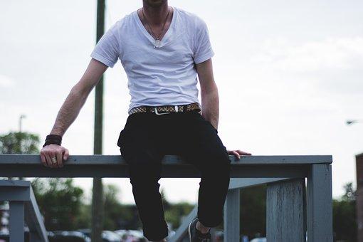 白いTシャツ姿の男性
