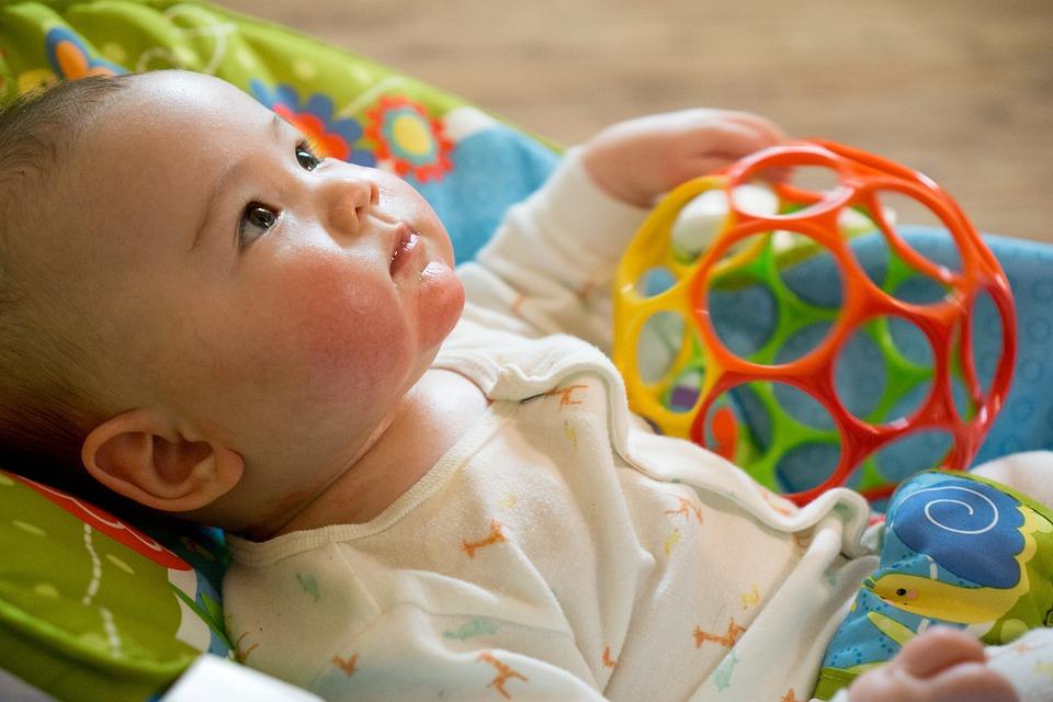 赤ちゃん, 幼児, 子, 子ども, 少し, 若いです, おもちゃ, 探している, 愛らしい, 甘い, 白人