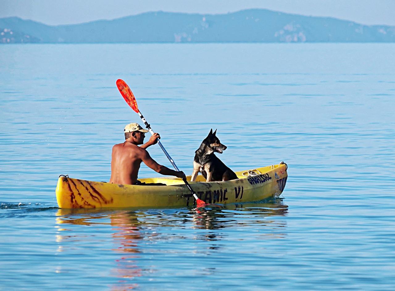 Картинка человек в лодке с веслом