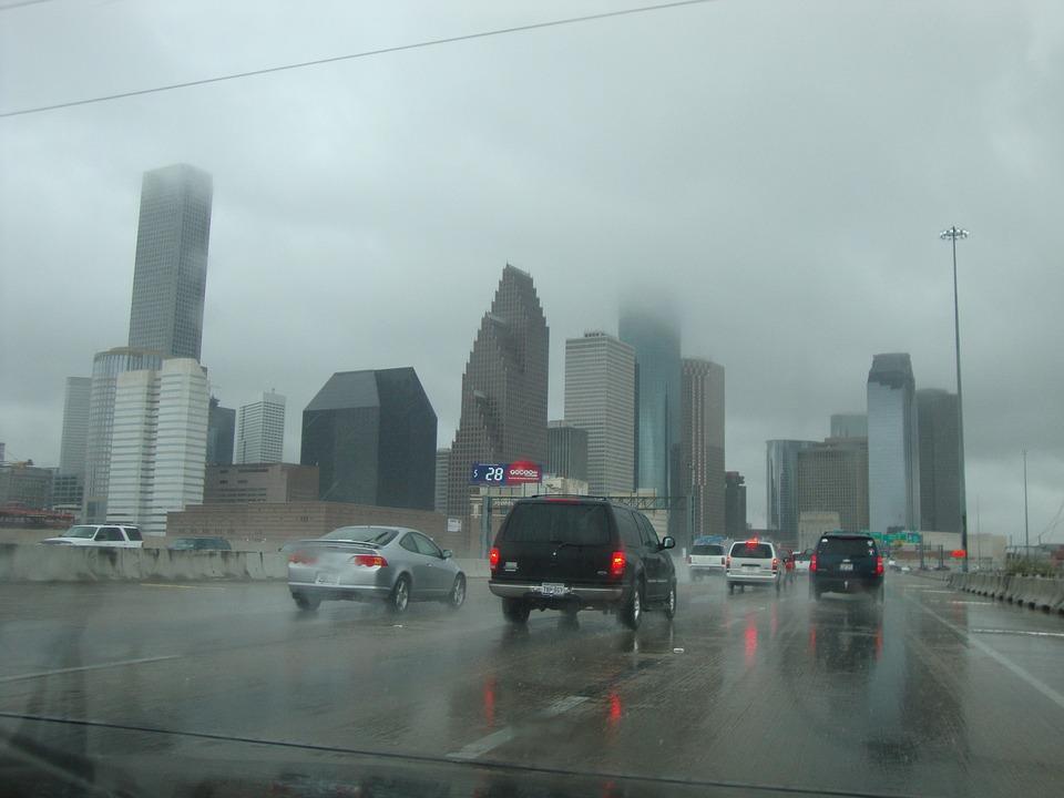 6 วิธีขับรถให้ปลอดภัยขณะฝนตก