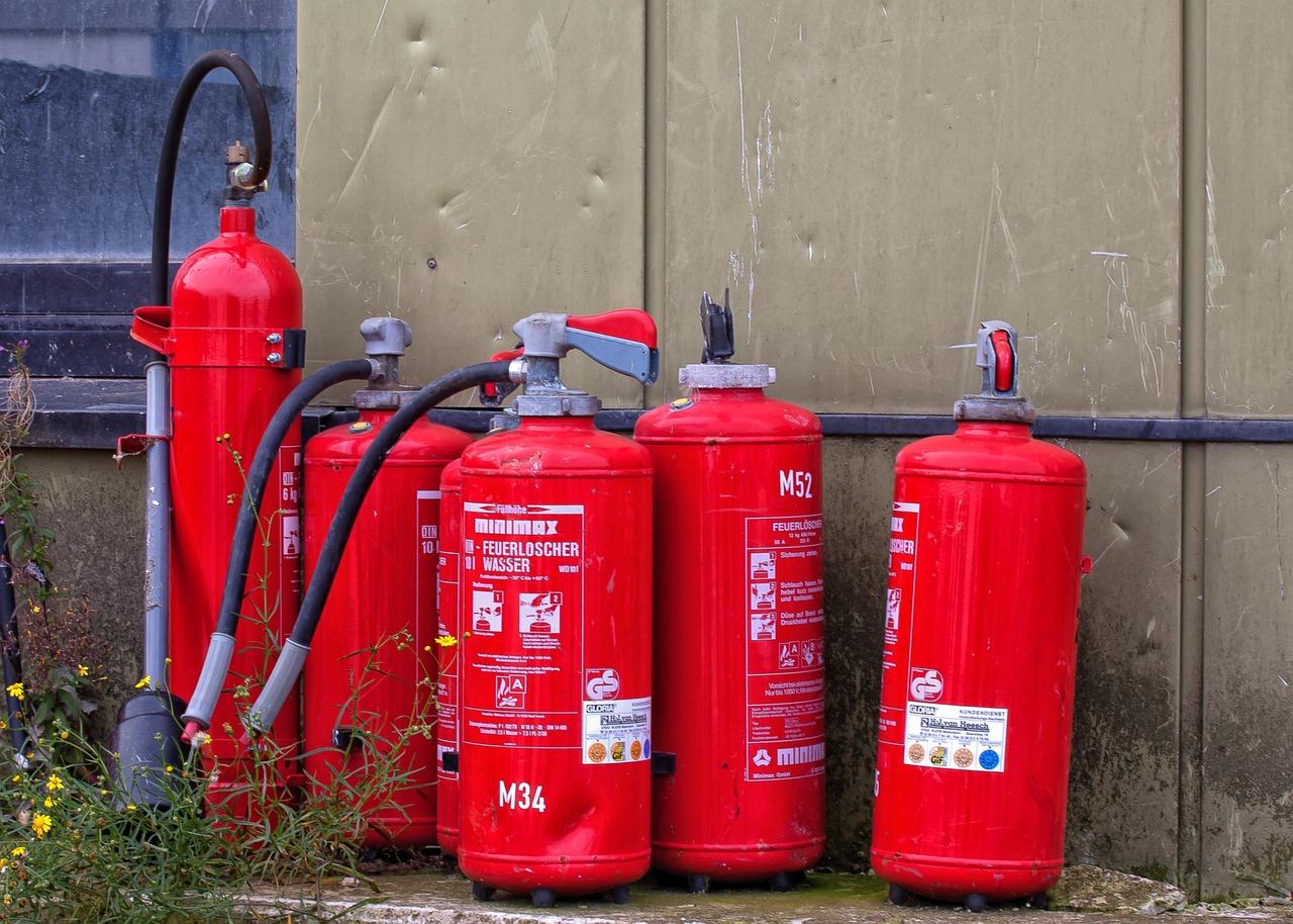 灭火器,品牌,火,消防,灭火,软管,使用,救援,设备,呼吸保护,删除,消防删除,防毒面具,火焰,水,烧伤,燃烧,红色,风险,紧急情况,运动
