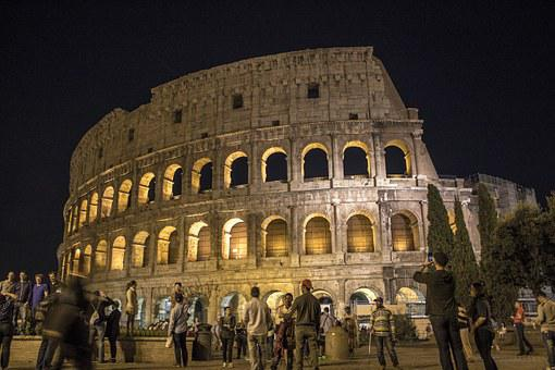 Coliseo de Roma iluminado de noche