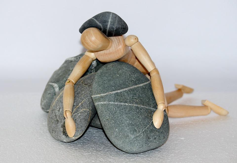 Holzfigur, 石, 生活闘争, 抵抗器, 無力, 倒されました, 倒れた, 落ちる, 不幸, 秋