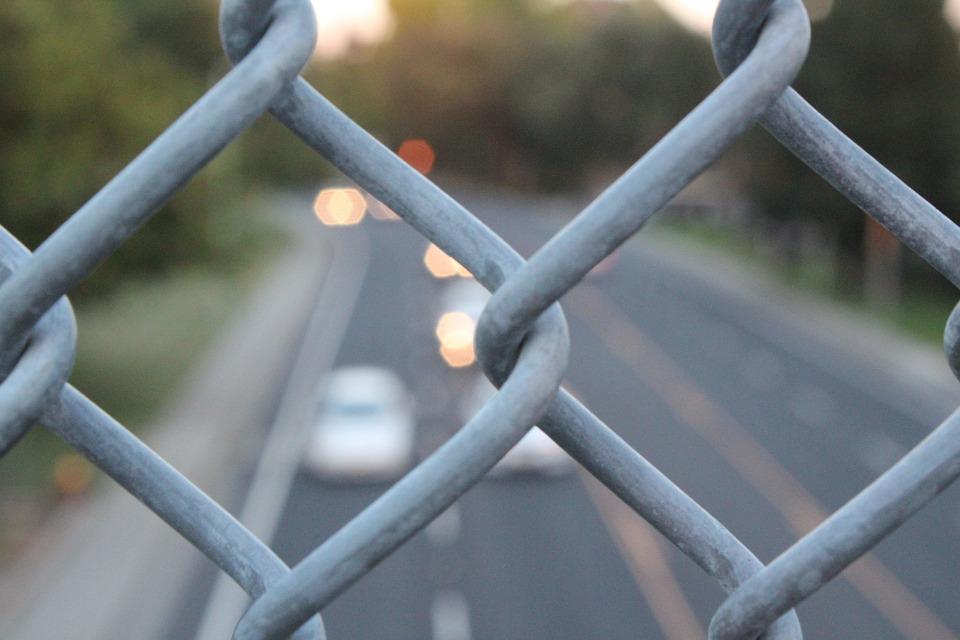 广西一辆越野车失控撞向公交候车亭致1死11伤