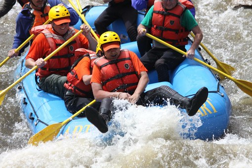 People whietwater rafting