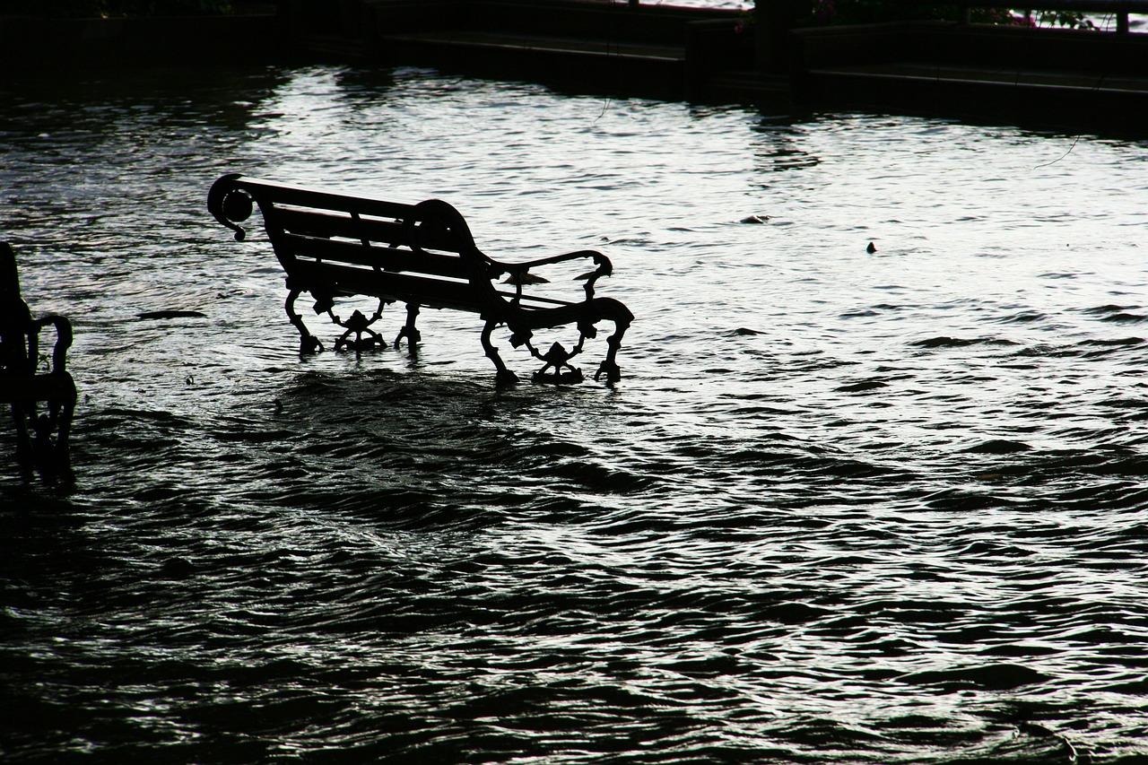 梦见发大洪水他堂兄一家死了被急醒 梦见自已和亲人被洪水淹