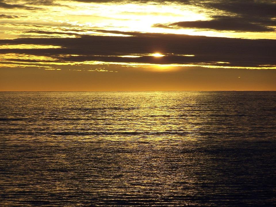 картинка золотой рассвет над террасой