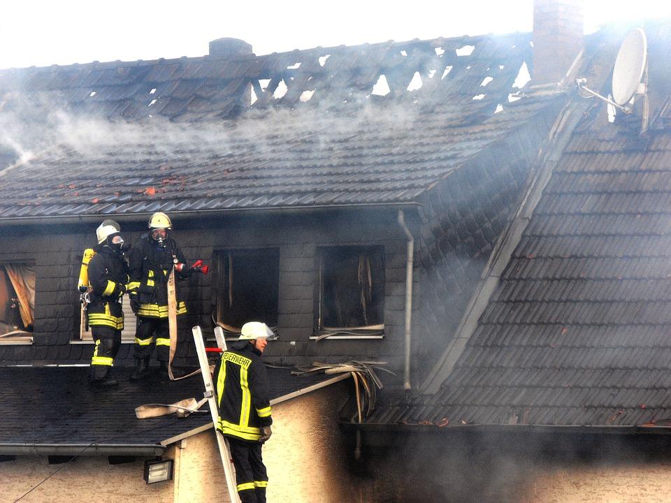 火, 屋根, ブランド, 煙, リスク, 消火, 炎, 削除, ヘッド, アラーム, 燃やす, ドイツ, 男性
