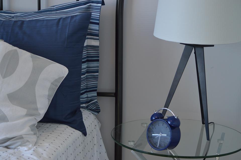масичка с будилник и лампа