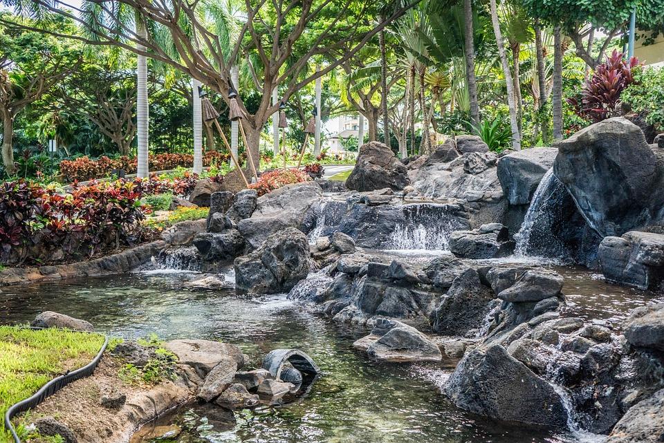 Waterval In Tuin : Tuin waterval waterval aan japanse tuin u stockfoto davidgn
