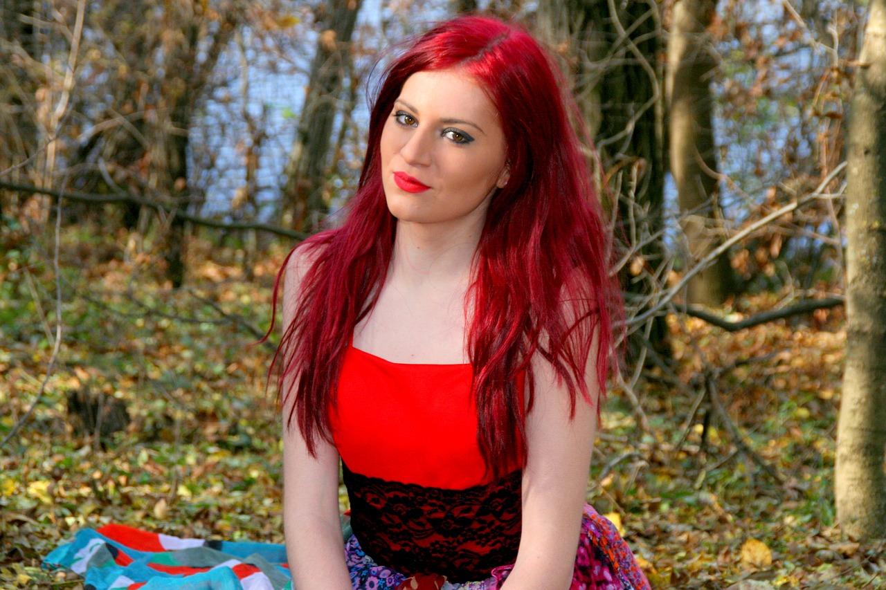 волосы отрываются выебали девушку с красным цветом волос комната оснащена