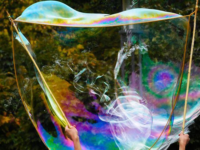Почему мыльные пузыри цветные