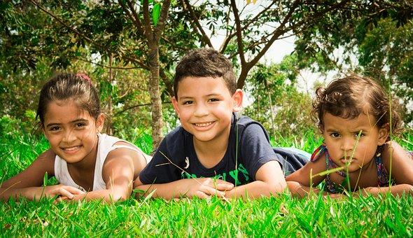 芝張り, 公園, 子供, 芝生で横になっています。
