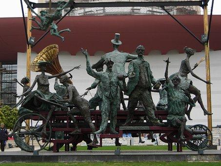 caragealiana, Estatua con figuras