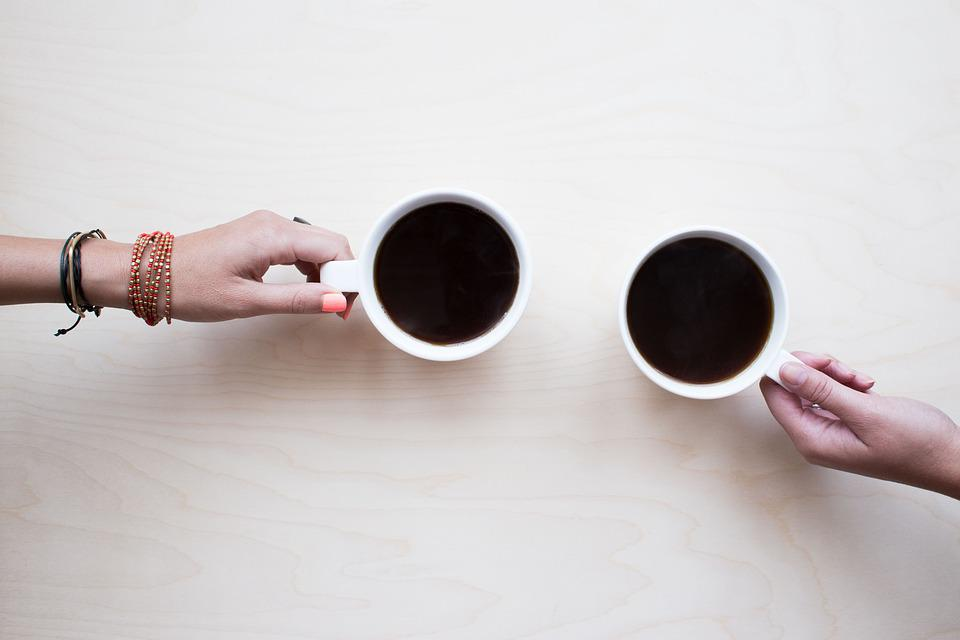 コーヒー, お友達と, チャット, 人, ドリンク, ショップ, 若いです, テーブル, コーヒー ショップ