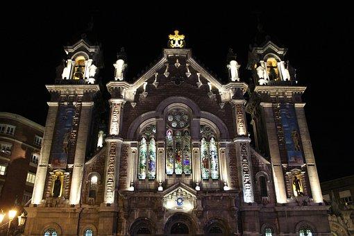 Qué ver qué hacer en Asturias. Fachada iluminada de Iglesia San Juan el Real, Oviedo