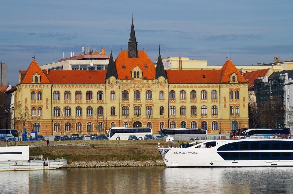 Castelo de Bratislava, visto pelo Danúbio