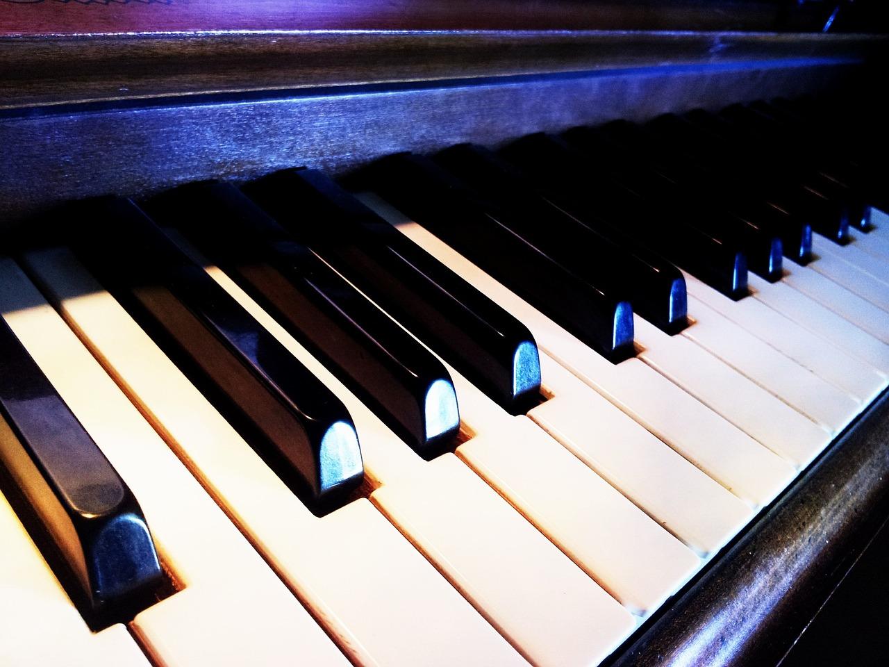 высаживать фото красивых клавиш пианино мне