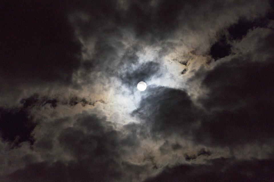 Луна облака