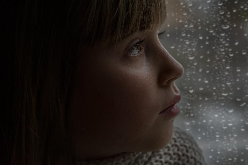 人, 人間, 女の子, 女性, 顔, ビュー, 思考で, 窓の外を見ると, ウィンドウ ペイン, 雨の天気