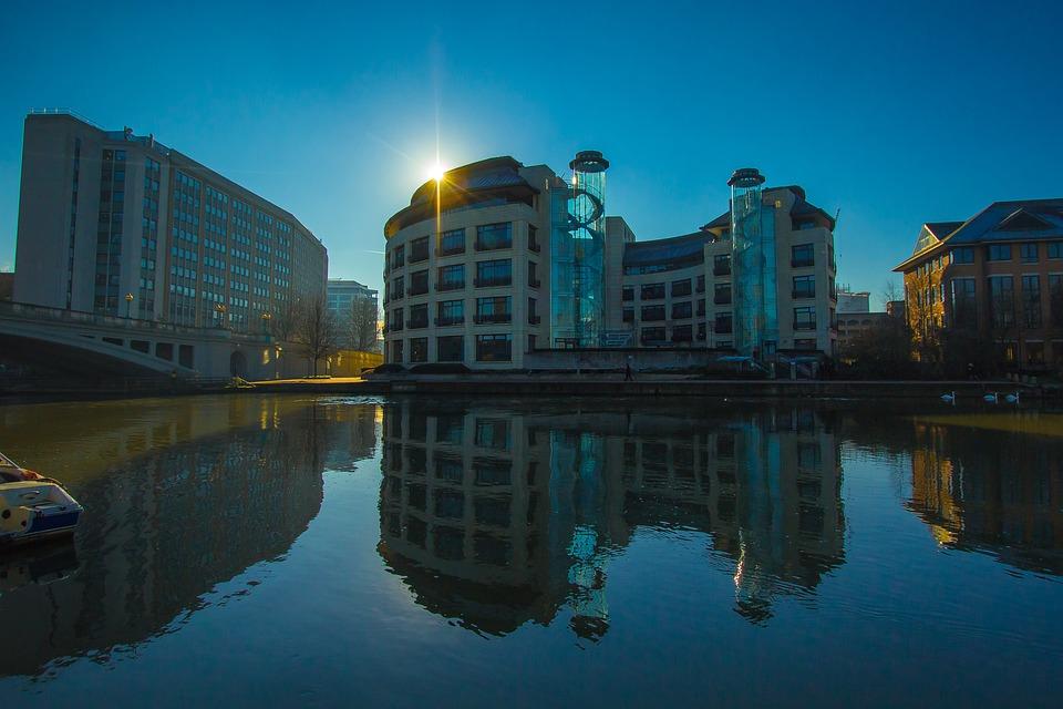 建物 夕日 反射 水に反射 イギリス レディング