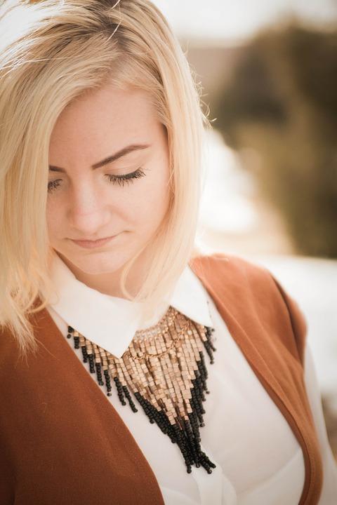 Светлые волосы девушка