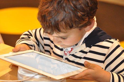 Des écrans dans les écoles : une bonne idée ?