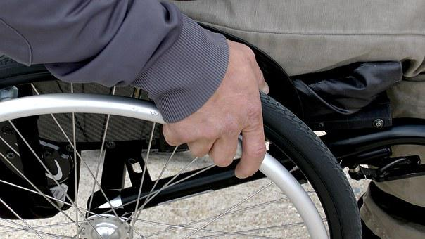 Silla De Ruedas Con Discapacidad Persona C
