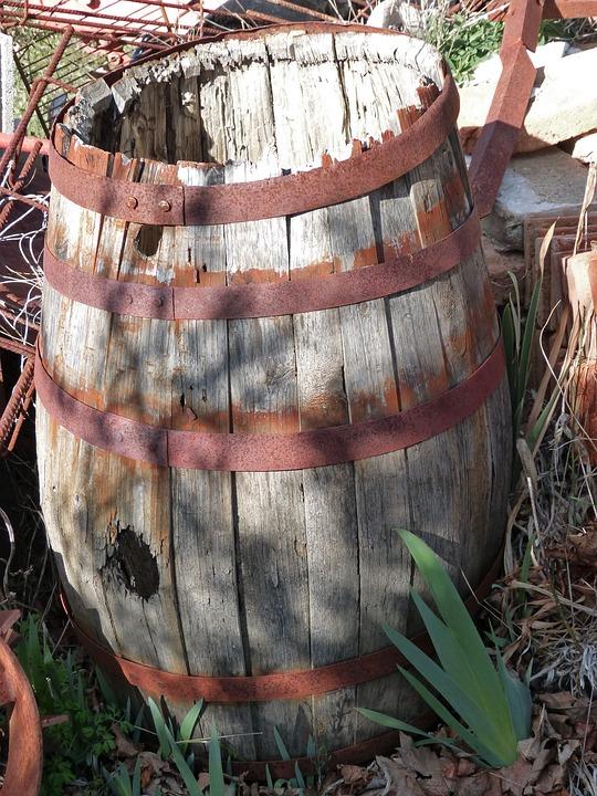 vieux tonneau en bois que faire avec un vieux tonneau dco jardin rcup en vieux tonneau en with. Black Bedroom Furniture Sets. Home Design Ideas