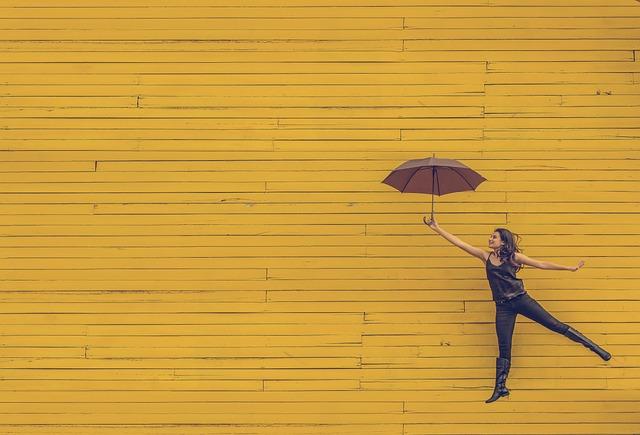 女性, 傘, フローティング, 跳躍, 黄色の背景, 芸術, 都市, ファッション, 女の子, 若いです, 人