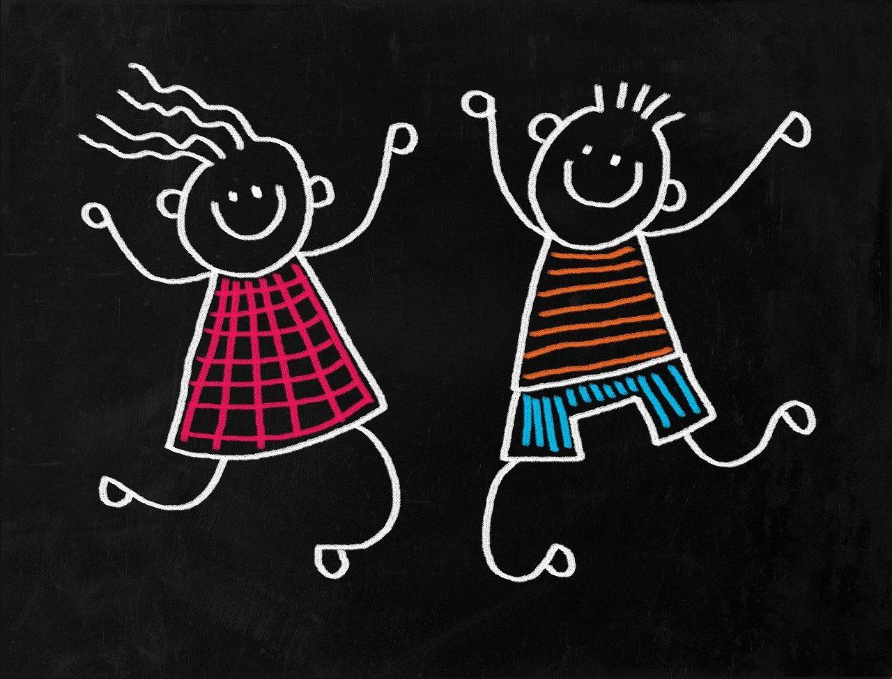 Enfants dessinés à la craie sur un tableau noir