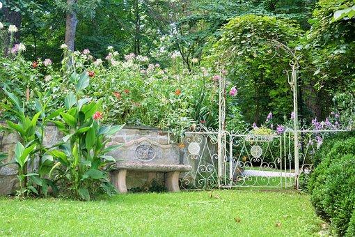 夏の庭, 庭のベンチ, 緑の芝生, 鉄トレリス, 鉄の門
