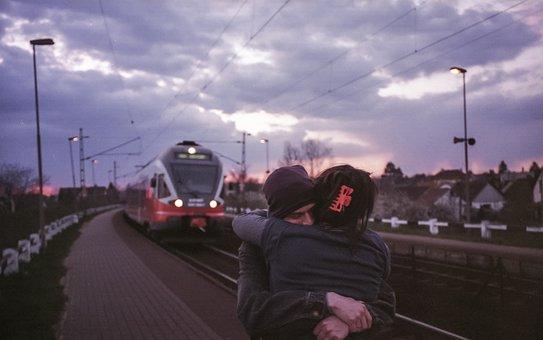 Imagini pentru imagini cu un cuplu în gară