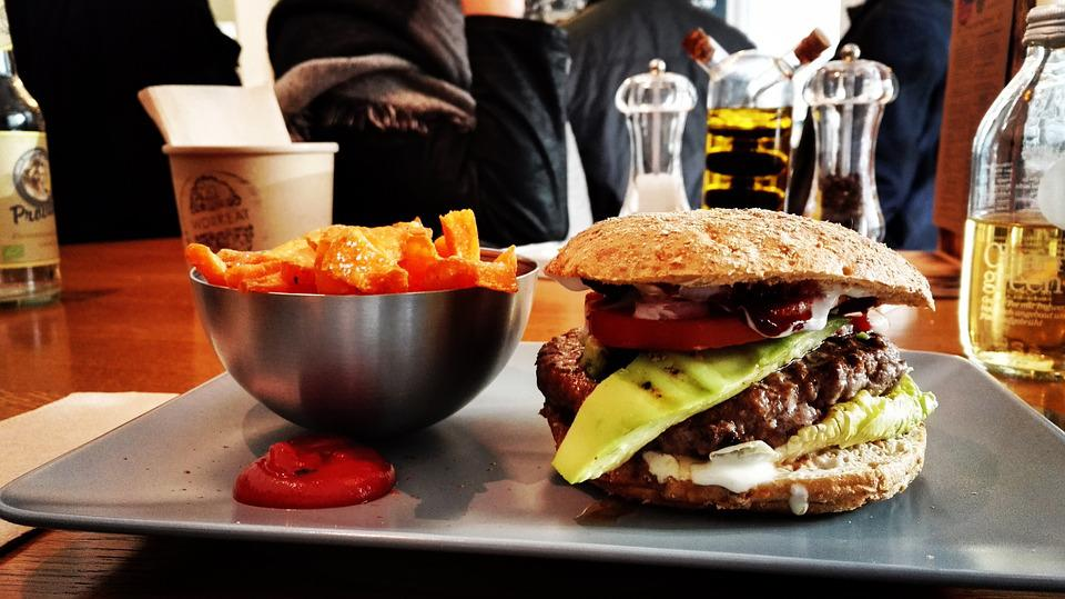 COVID-19/疫情讓肥胖的人變更多!保持運動、拒絕加工食品是避開下一波流行病關鍵