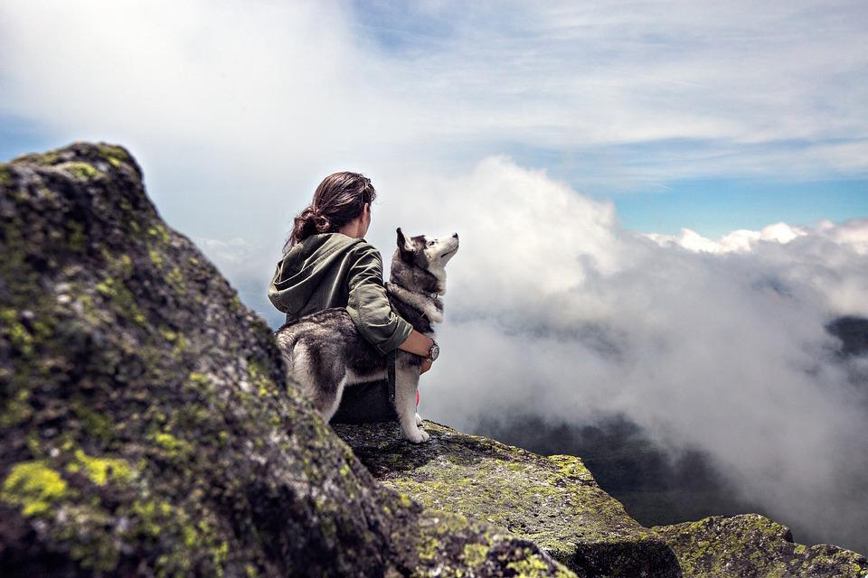 Cielo, Mujer, Nubes, Niña, Rocas, Montaña, Perro
