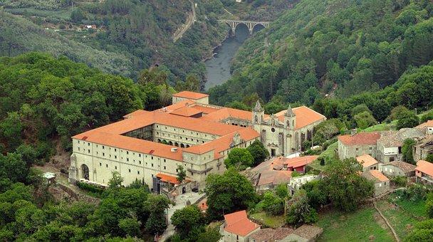Panorámica de Parador de Santo Estevo en Rivera Sacra, Ourense
